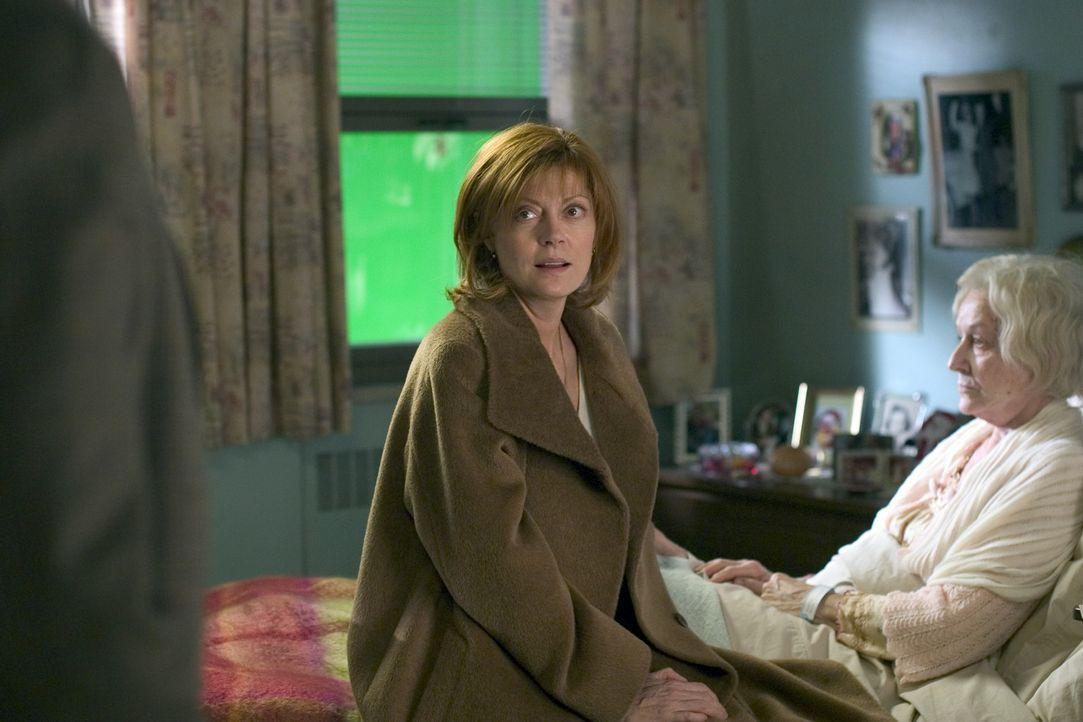 Die nach Zweisamkeit dürstende Lektorin Rose (Susan Sarandon, l.) verbringt den Heiligabend mit der an Alzheimer erkrankten Mutter im Krankenhaus,... - Bildquelle: Red Rose Productions LLC