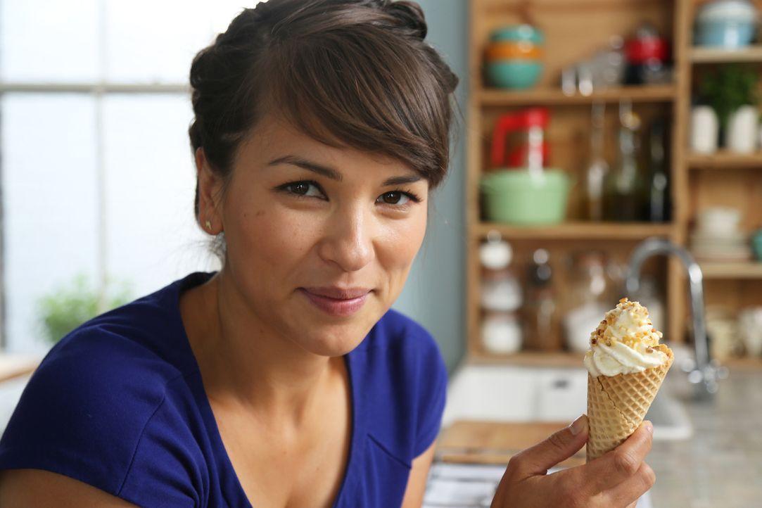 Eis geht immer, und Softeis mit Haselnuss-Karamell-Waffel kann auch Rachel Khoo nicht widerstehen ... - Bildquelle: Richard Hill BBC 2013