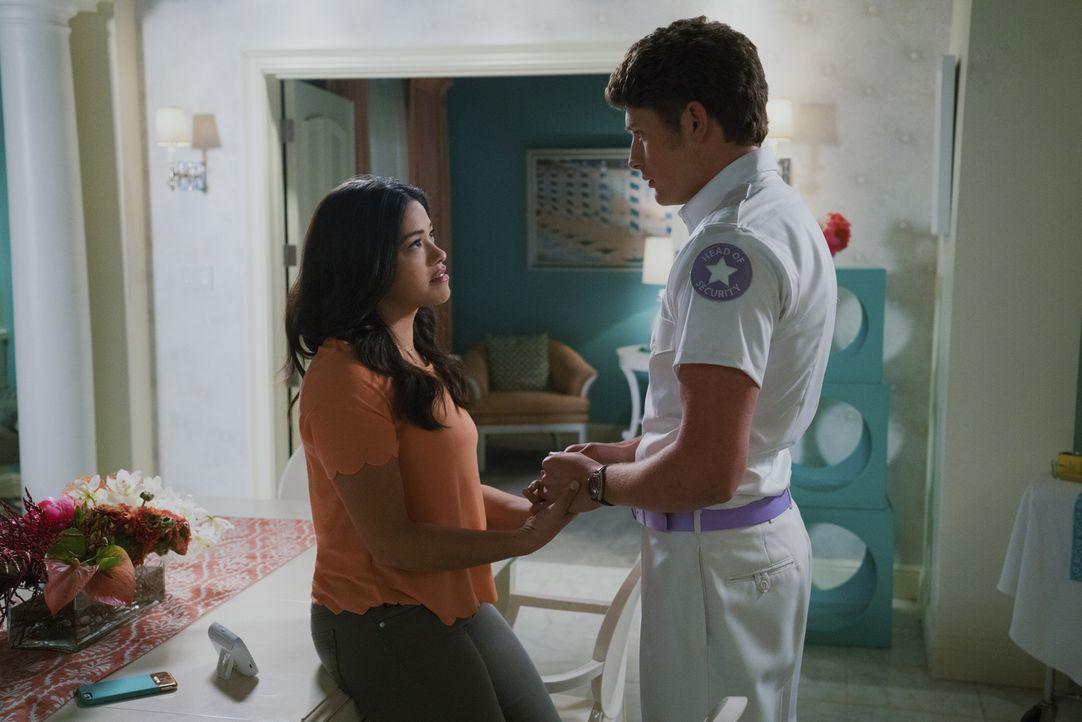 Wie wird es mit ihnen weitergehen? Jane (Gina Rodriguez, l.) und Michael (Brett Dier, r.), - Bildquelle: Michael Desmond 2016 The CW Network, LLC. All rights reserved.