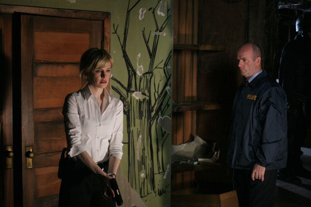 Das Entsetzen steht Det. Lilly Rush (Kathryn Morris, l.) ins Gesicht geschrieben. Lt. John Stillman (John Finn, r.) versucht, seine Kollegin zu beru... - Bildquelle: Warner Bros. Television
