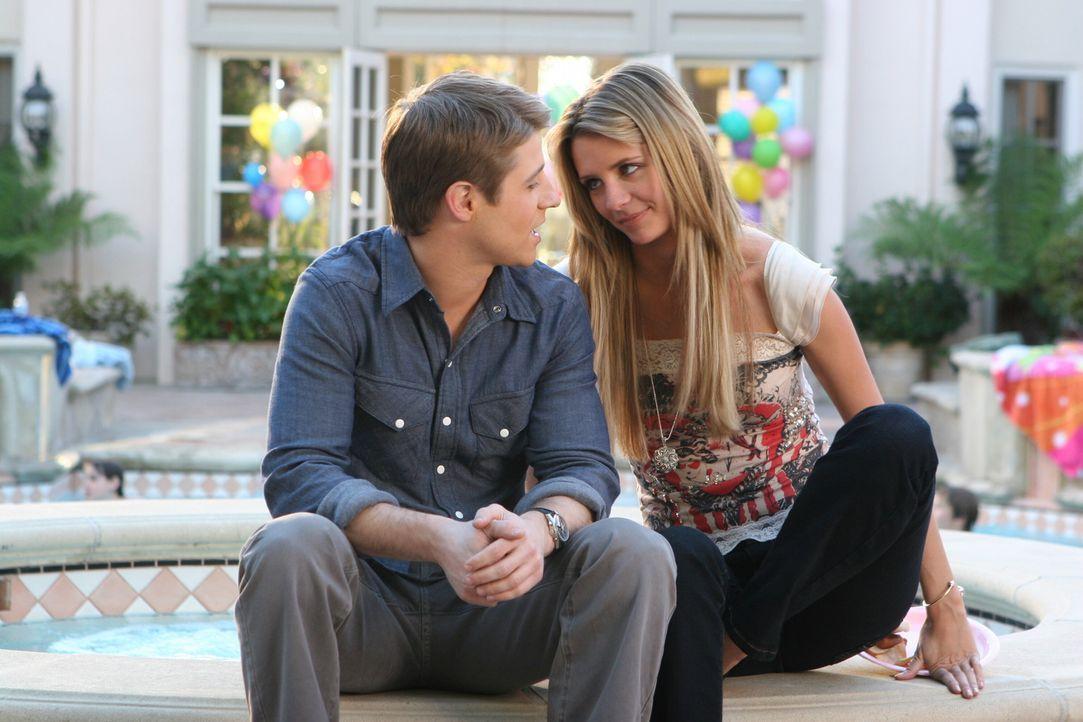 Während zwischen Ryan (Benjamin McKenzie, l.) und Marissa (Mischa Barton, r.) die Party für Kaitlin organisieren, sitzt Seth zu Hause und begeht e... - Bildquelle: Warner Bros. Television