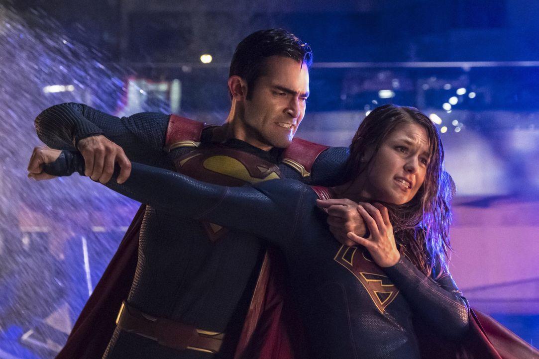 Zwischen Superman (Tyler Hoechlin, l.) und Supergirl (Melissa Benoist, r.) entfacht ein wilder Kampf, den nur einer gewinnen kann ... - Bildquelle: 2016 Warner Brothers