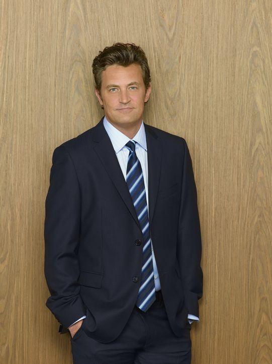 (1. Staffel) - Die Namen seiner Mitarbeiter kann sich Ben Donovan (Matthew Perry) zwar nicht merken, dennoch glaubt er, bei ihnen äußerst beliebt... - Bildquelle: Sony Pictures Television Inc. All Rights Reserved.