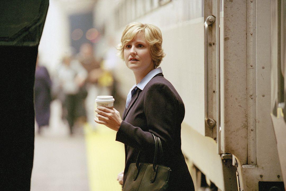 Dr. Lewis (Sherry Stringfield) kehrt nach Jahren in die Notaufnahme zurück. - Bildquelle: TM+  WARNER BROS.