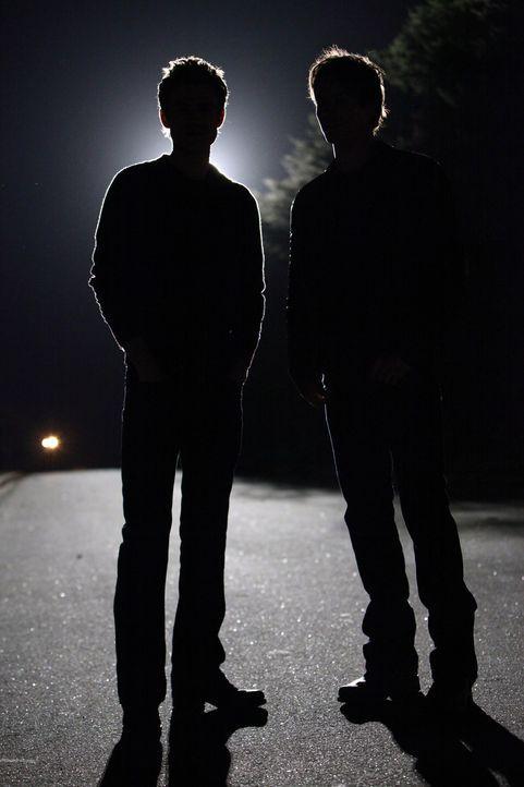 Damon (Ian Somerhalder, l.) und Stefan (Paul Wesley, r.) überlegen, wohin sie gehen, wenn sie die Stadt verlassen. - Bildquelle: Warner Brothers