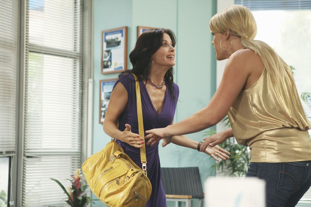 Jules (Courteney Cox, l.) hat herausgefunden, dass morgen ihr zehntes Date mit Josh ist und muss Laurie (Busy Philipps, r.) gleich davon berichten.... - Bildquelle: 2009 ABC INC.