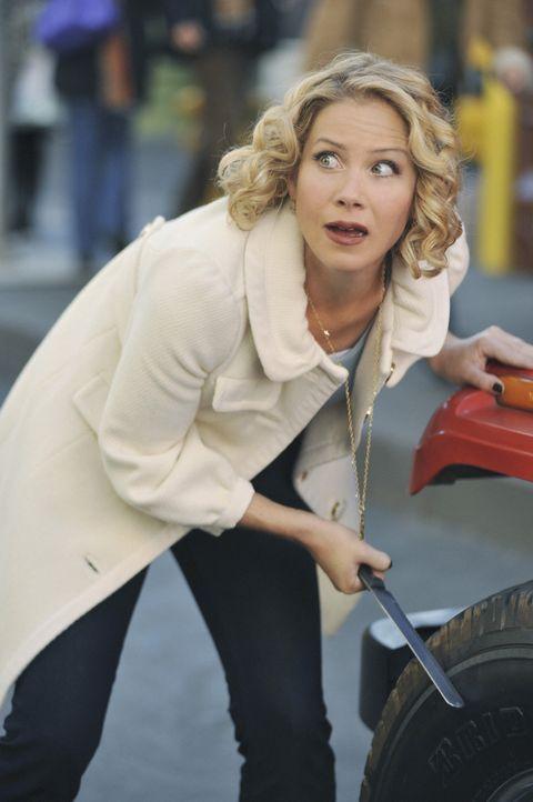 Als Samantha (Christina Applegate) erfährt, dass sie Todd vor ihrer Amnesie einen lukrativen Job vermasselt hat, versucht sie alles, dies wiedergut... - Bildquelle: 2008 American Broadcasting Companies, Inc. All rights reserved.