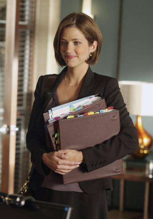 Maggie Dekker (Julie Gonzalo, r.) ist erst seit kurzem in der Kanzlei, doch hat bereits einen interessanten Fall für Eli ... - Bildquelle: Disney - ABC International Television