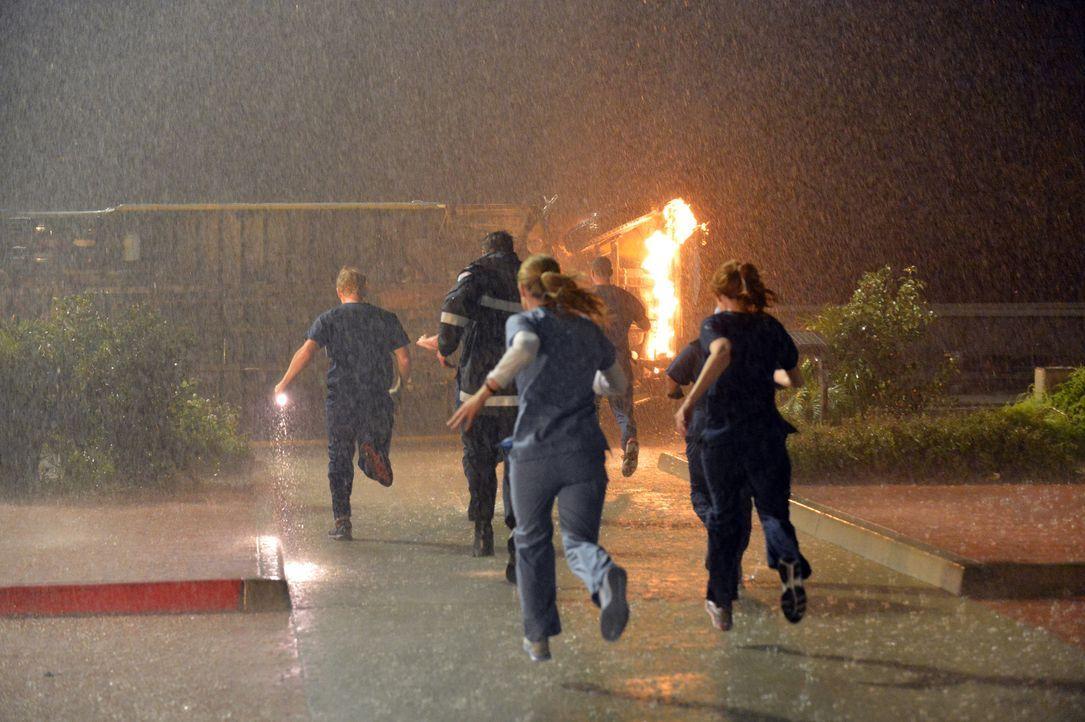 Als plötzlich vor dem Krankenhaus ein Bus umkippt und Feuer fängt, eilen Owen (Kevin McKidd, l.),  Matthew (Justin Bruening, 2.v.l.), Leah (Tessa... - Bildquelle: ABC Studios