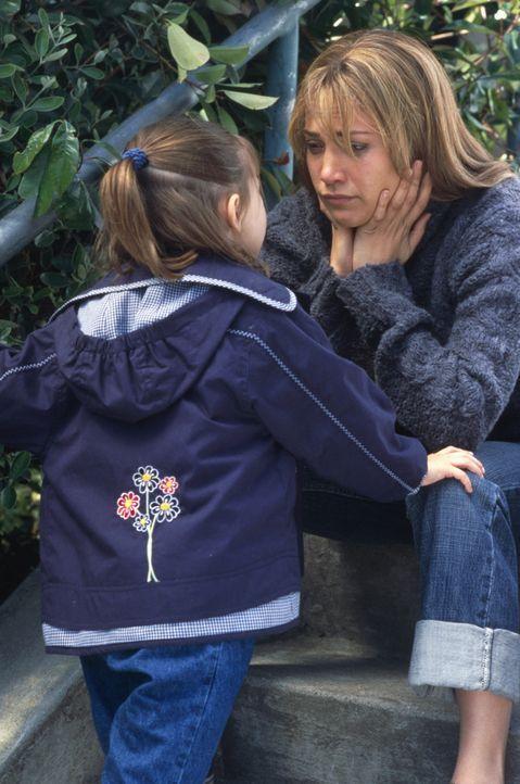 Nach all den Vorfällen nimmt Slim (Jennifer Lopez, r.) ihren Mut zusammen, schnappt sich die gemeinsame Tochter Gracie (Tessa Allen, l.) und taucht... - Bildquelle: 2003 Sony Pictures Television International