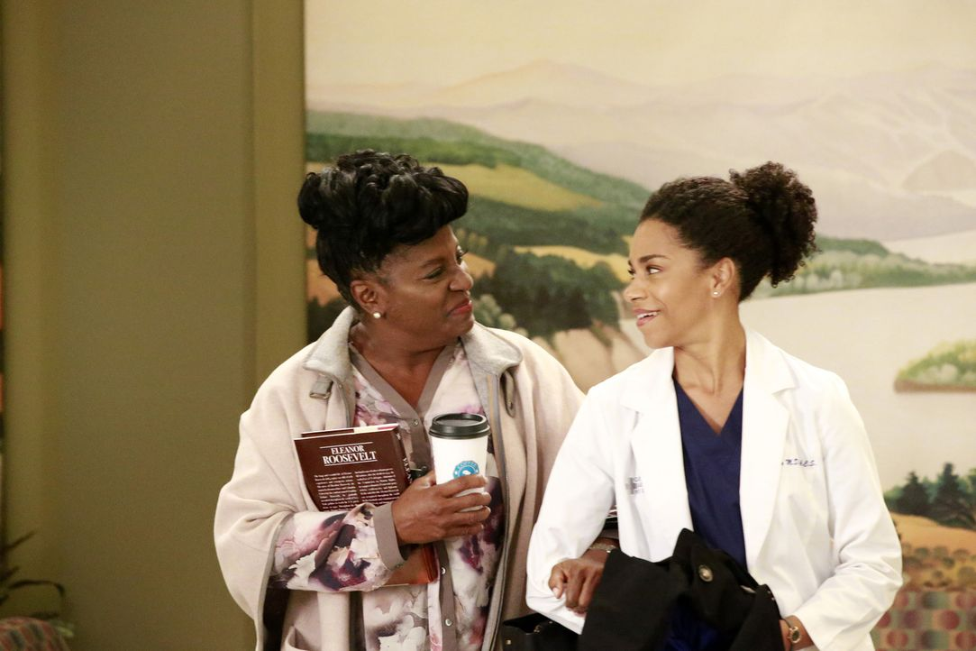 Maggie (Kelly McCreary, r.) erhält im Krankenhaus einen Überraschungsbesuch von ihrer Mutter (LaTanya Richardson Jackson, l.), während Bailey eine s... - Bildquelle: Mitch Haaseth 2016 American Broadcasting Companies, Inc. All rights reserved.