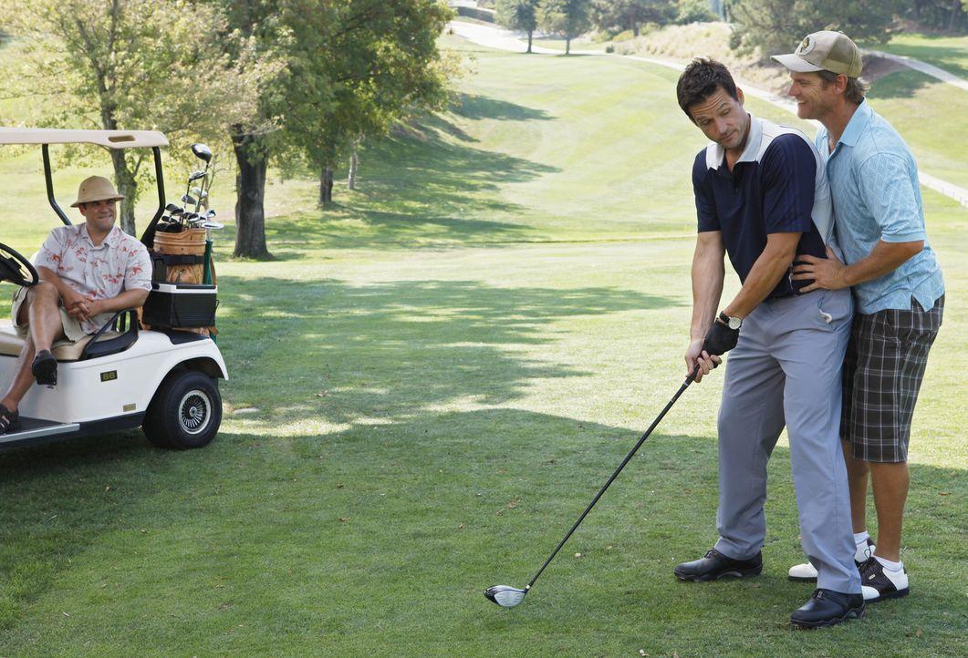 Ein Golfausflug der besonderen Art: Grayson (Josh Hopkins, M.), Bobby (Brian Van Holt, r.) und Andy (Ian Gomez, l.) ... - Bildquelle: 2009 ABC INC.