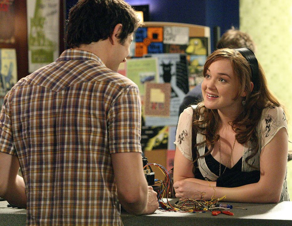 Kyle (Matt Dallas, l.) gelingt es herauszufinden, wer für das fehlende Geld verantwortlich ist. Lori (April Matson, r.) ist total beeindruckt ... - Bildquelle: TOUCHSTONE TELEVISION