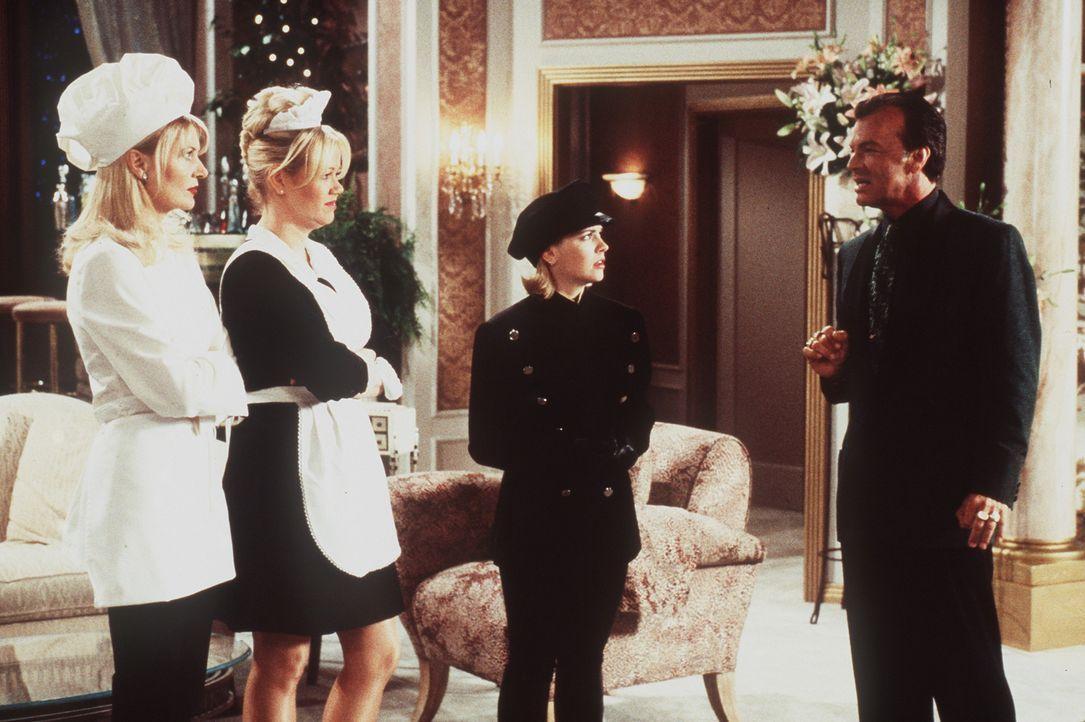 Sabrina (Melissa Joan Hart, 2.v.r.), Zelda (Beth Broderick, l.) und Hilda (Caroline Rhea, 2.v.l.) werden von Diamanten Dave (Edward Albert, r.) erpr... - Bildquelle: Paramount Pictures