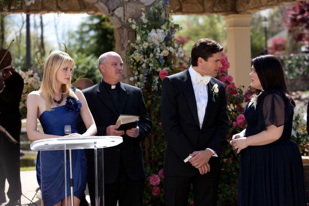 Minuten vor der Trauung wird Jane (Brooke Elliott, r.) von der Braut verlangt. Grayson (Jackson Hurst, M.) ist unsicher. Stacy (April Bowlby, l.) ve... - Bildquelle: 2011 Sony Pictures Television Inc. All Rights Reserved.