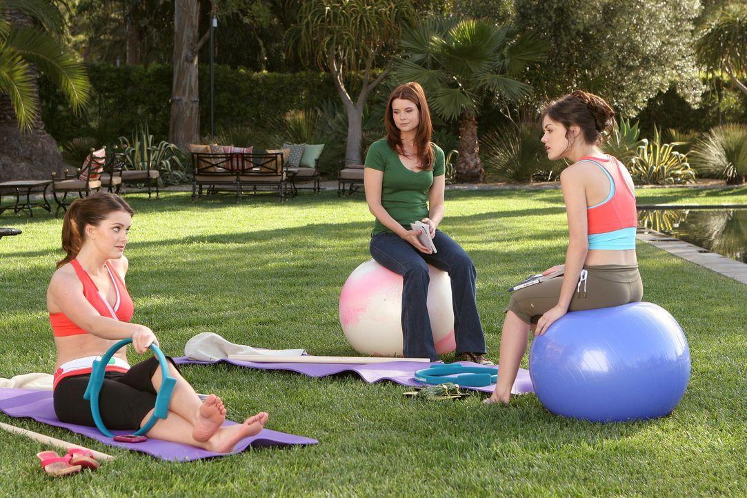 Sage (Ashley Newbrough, l.) und Rose Baker (Lucy Hale, r.) haben ganz andere Pläne, was ihr zukünftiges Leben betrifft, als ihre neue Privatlehrerin... - Bildquelle: Warner Bros. Television
