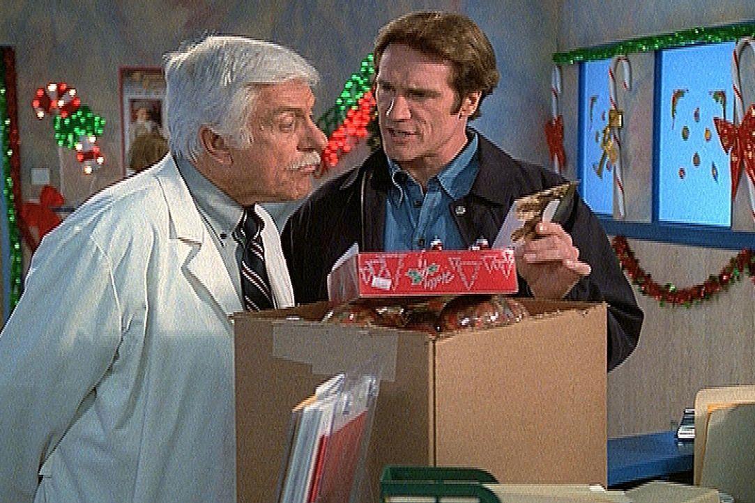 Mark (Dick Van Dyke, l.) und Steve (Barry Van Dyke, r.) haben eine Postkarte von Claude erhalten, der unschuldig im Gefängnis saß und dem sie auf... - Bildquelle: Viacom