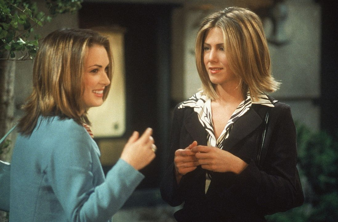 Rachel (Jennifer Aniston, r.) trifft ihre Freundin Melissa (Winona Ryder, l.) aus dem College wieder. Die jedoch möchte an eine bestimmte Party nic... - Bildquelle: TM+  2000 WARNER BROS.