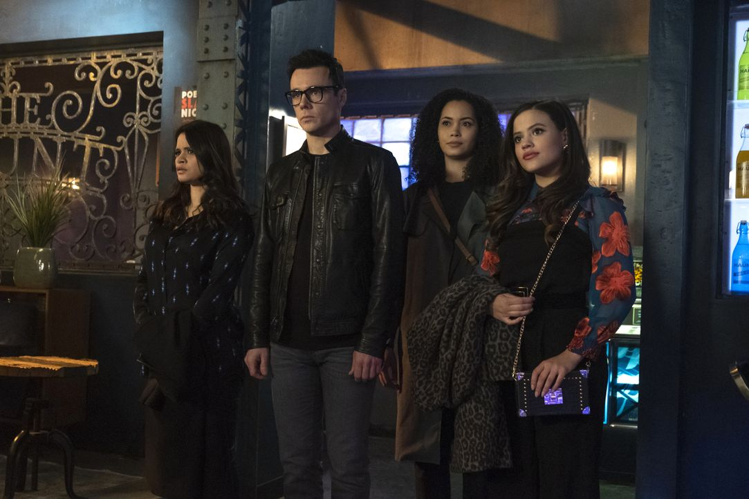 (v.l.n.r.) Mel Vera (Melonie Diaz); Harry Greenwood (Rupert Evans);  Macy Vaughn (Madeleine Mantock); Maggie Vera (Sarah Jeffery) - Bildquelle: Katie Yu 2019 The CW Network, LLC. All Rights reserved.