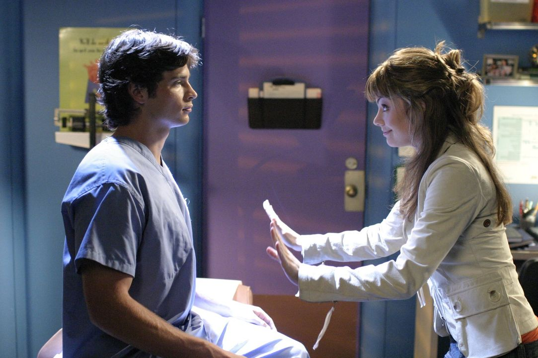 Die junge Reporterin Lois Lane (Erica Durance, r.), die nach Smallville gekommen ist, um den Tod ihrer Cousine Chloe zu untersuchen, findet Clark (T... - Bildquelle: Warner Bros.