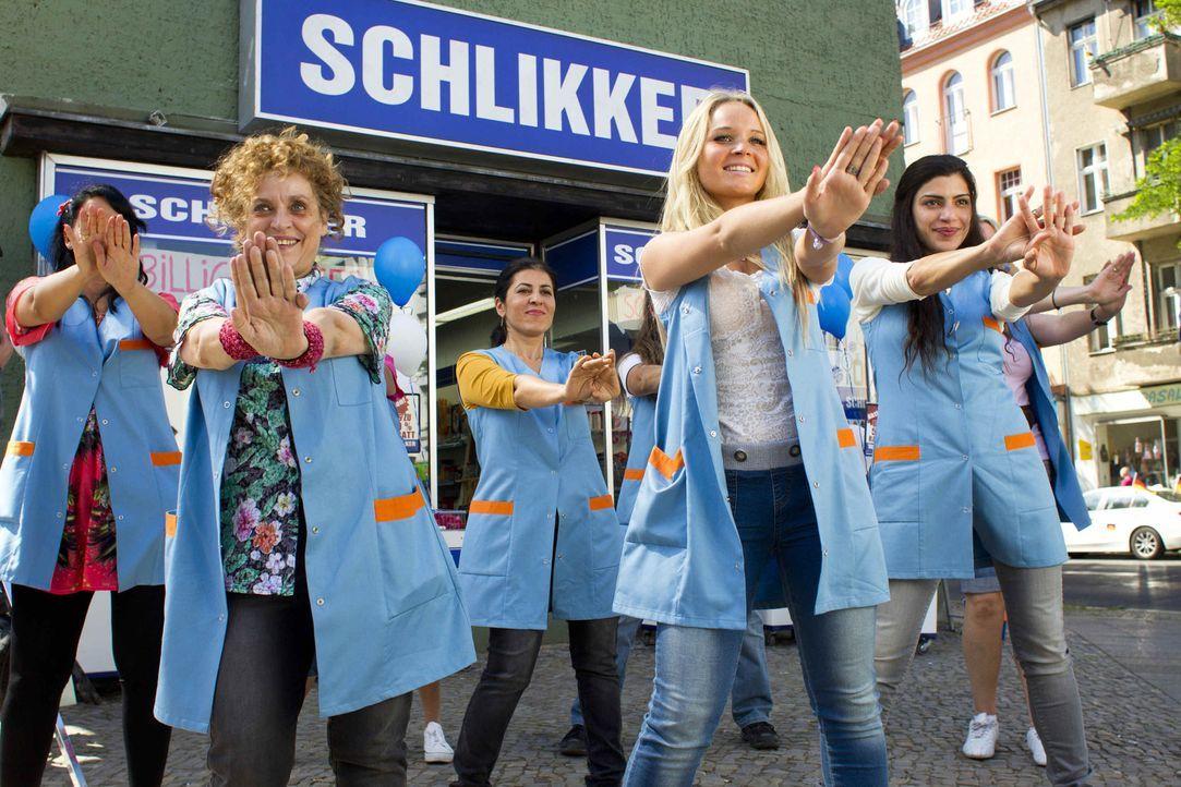 Voller Körpereinsatz für ihren Laden: Greta (Katharina Thalbach, vorne l.), Chris (Sonja Gerhardt, vorne M.) und Zari (Shadi Hedayati, vorne r.) ... - Bildquelle: Richard Hübner SAT.1