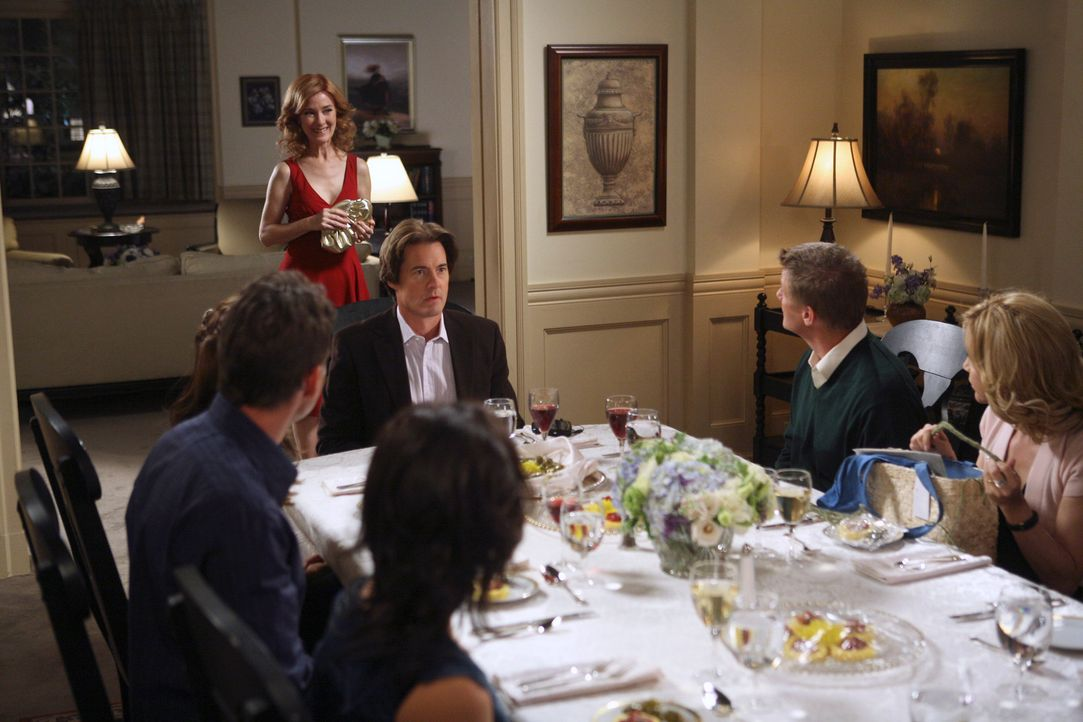 Bei Bree und Orson (Kyle MacLachlan, 3.v.r.) findet eine Dinnerparty statt, zu der neben Susan (Teri Hatcher, 3.v.l.) und Ian (Dougray Scott, 2.v.l.... - Bildquelle: 2005 Touchstone Television  All Rights Reserved