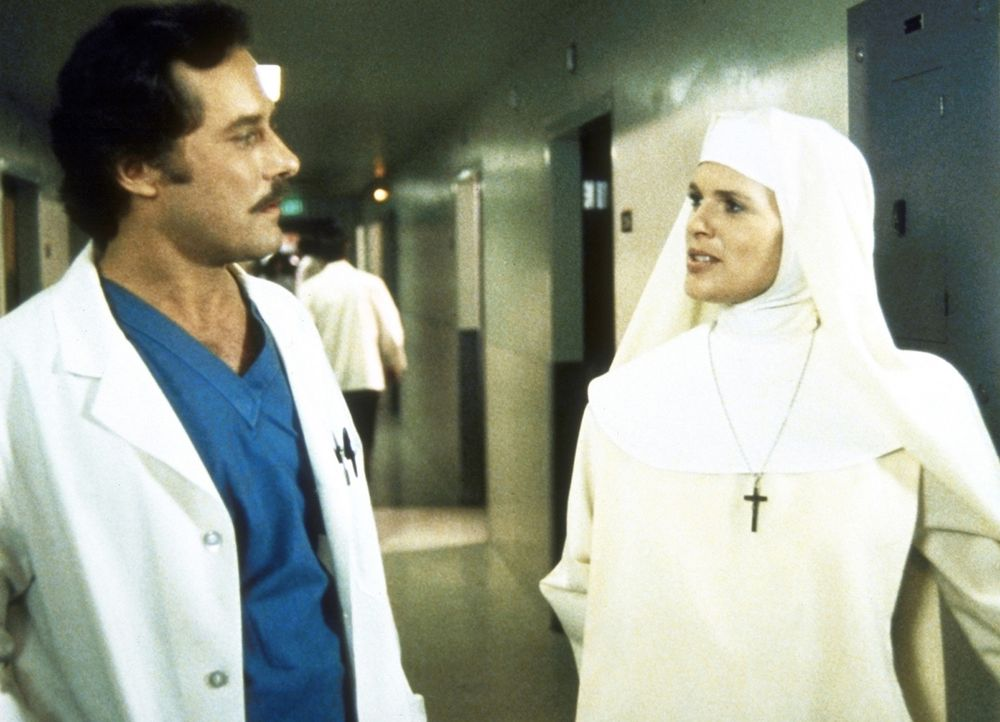 Cagney (Sharon Gless, l.) unterhält sich mit dem verdächtigen Arzt Dr. O'Connell (Michael Goodwin). - Bildquelle: ORION PICTURES CORPORATION. ALL RIGHTS RESERVED.
