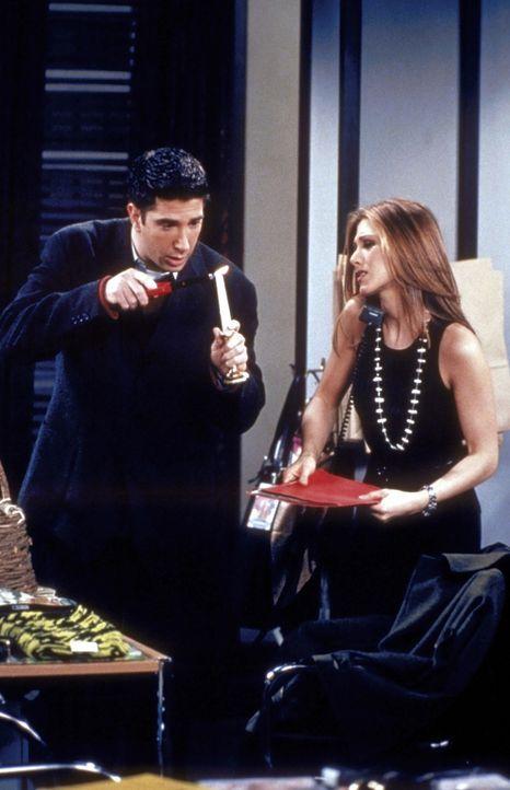 Ross (David Schwimmer, l.) sucht Rachel (Jennifer Aniston, r.) im Büro auf, und leider passiert ihm ein kleines Unglück ... - Bildquelle: TM+  2000 WARNER BROS.