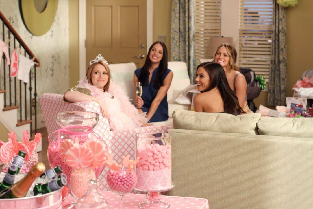 Millie (Lisa Goldstein Kirsch, 2.v.l.), Alex (Jana Kramer, 2.v.r.), Quinn (Shantel VanSanten, r.) und Brooke organisieren eine Babyparty für Haley (... - Bildquelle: Warner Bros. Pictures