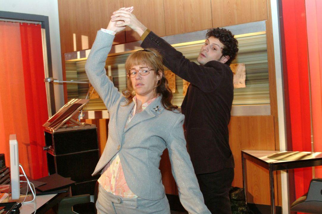 Lisas (Alexandra Neldel, l.) und Rokkos (Manuel Cortez, r.) Tanzversuche scheitern daran, dass sich Lisa nicht führen lässt - und sich schließlic... - Bildquelle: Monika Schürle Sat.1