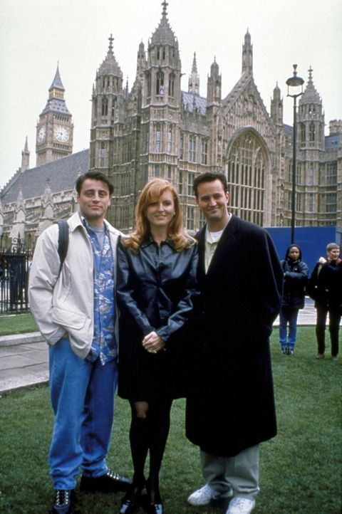 """Bei ihrem Touristen-Trip durch London lernen Joey (Matt LeBlanc, l.) und Chandler (Matthew Perry, r.) die Herzogin von York, Sarah """"Fergie"""" Ferguson... - Bildquelle: TM+  2000 WARNER BROS."""