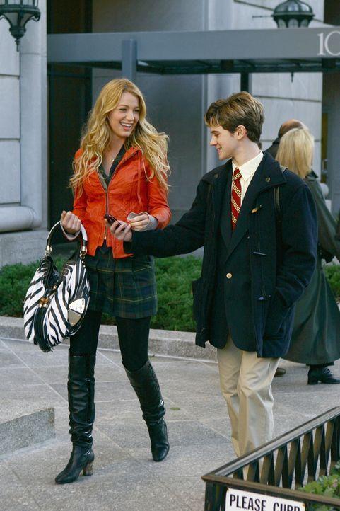 Serena (Blake Lively, l.) freut sich darüber, dass sie sich mit ihrem Bruder Eric (Connor Paolo, r.) so gut versteht. Dieser gibt ihr auch gleich e... - Bildquelle: Warner Brothers