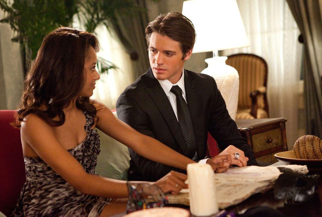 In einem Hinterzimmer des Lockwood-Anwesens treffen Bonnie (Katerina Graham, l.) und Jeremy (Steven R. McQueen, r.) letzte Vorbereitungen um Elenas... - Bildquelle: Warner Brothers