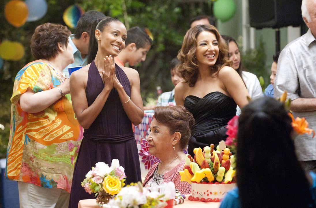 Christina Hawthorne (Jada Pinkett Smith, 2.v.l.) kümmert sich rührend um die Vorbereitung und die Durchführung des Geburtstagsfestes für Nicks M... - Bildquelle: Sony Pictures Television Inc. All Rights Reserved.