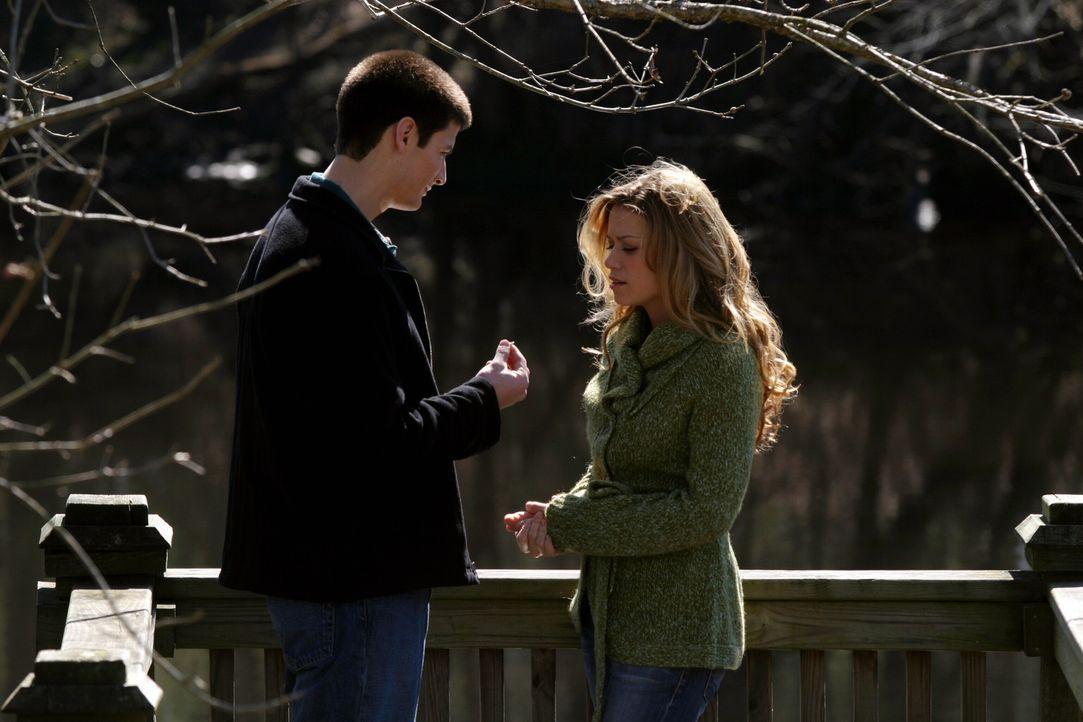Nathan (James Lafferty, l.) legt sich ordentlich ins Zeug, um Haley (Bethany Joy Galeotti, r.) zu beeindrucken ... - Bildquelle: Warner Bros. Pictures