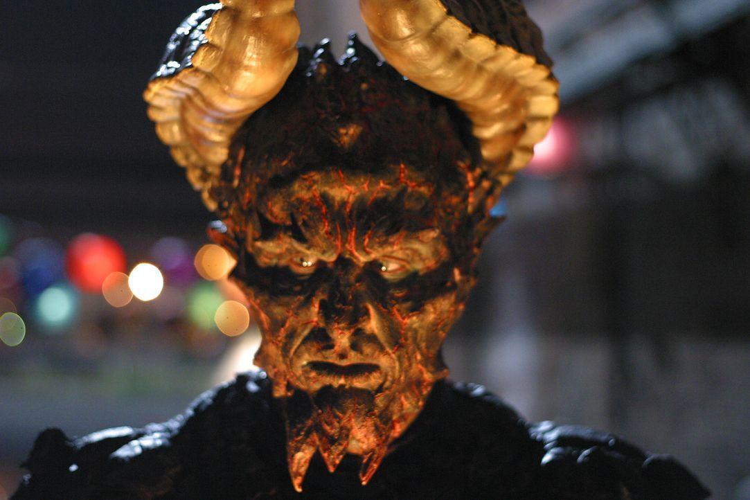 Das Biest (Vladimir Kulich) kommt nach Los Angeles - das Ende der Welt scheint nah ... - Bildquelle: The WB Television Network