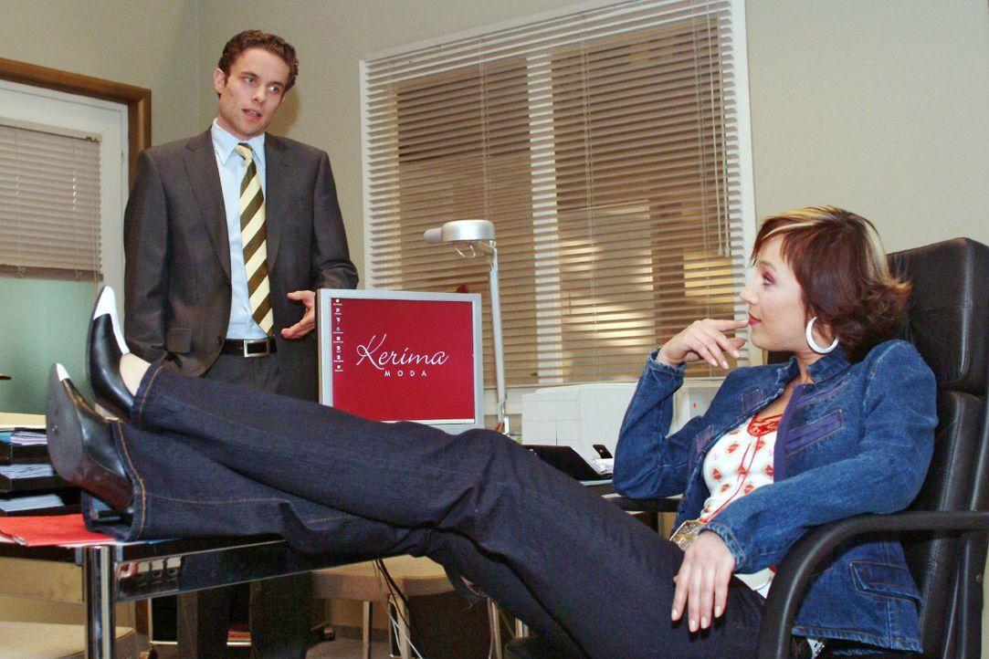 Da staunt Max (Alexander Sternberg, l.) nicht schlecht: Yvonne (Bärbel Schleker, r.) hat es sich in seinem Büro gemütlich gemacht ... - Bildquelle: Monika Schürle SAT.1 / Monika Schürle