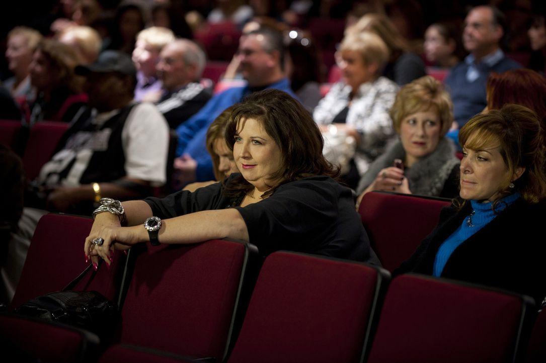 Abby weiß ganz genau, wie sie den Wettbewerbsgeist immer aufrechterhalten kann ... - Bildquelle: Scott Gries 2011 A+E Networks