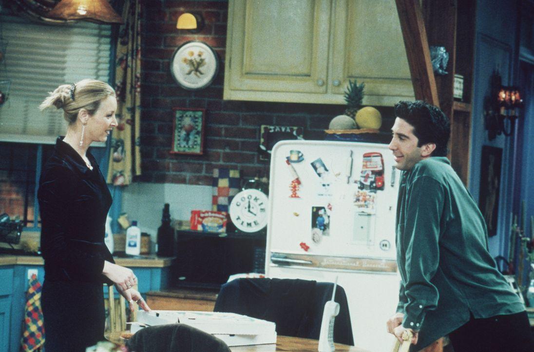 Ross (David Schwimmer, r.) behauptet gegenüber Phoebe (Lisa Kudrow, l.), der beste Flirter der Welt zu sein. - Bildquelle: TM+  2000 WARNER BROS.