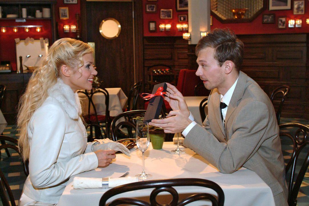 Jürgen (Oliver Bokern, r.) versucht Sabrina (Nina-Friederike Gnädig, l.) mit einem wertvollen Geschenk zu beeindrucken. - Bildquelle: Monika Schürle SAT.1 / Monika Schürle