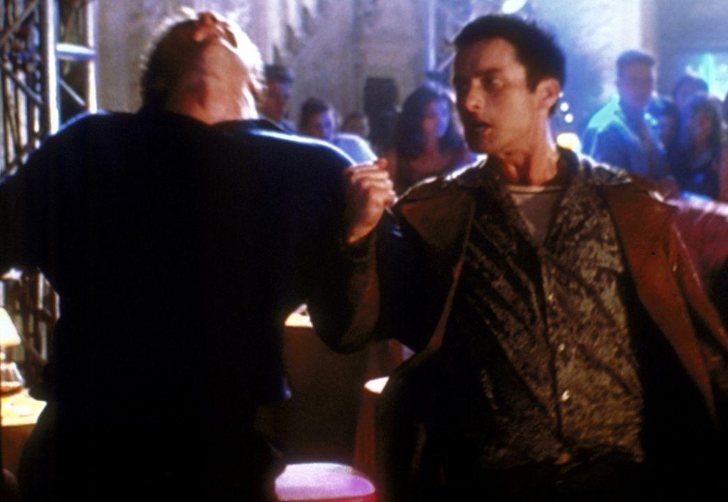 Anstatt Dämonen das Handwerk zu legen, müssen sich Angel (David Boreanaz, l.) und Doyle (Glenn Quinn, r.) in einer Kneipenschlägerei bewähren. - Bildquelle: TM +   2000 Twentieth Century Fox Film Corporation. All Rights Reserved.