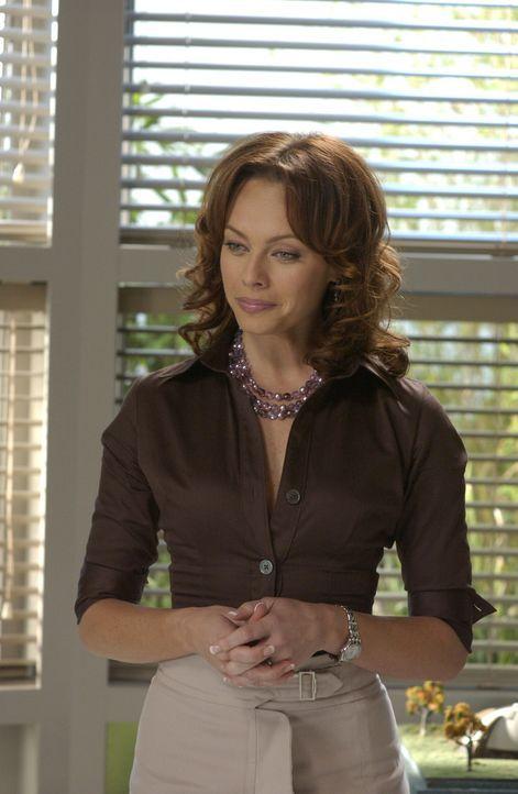 Julie (Melinda Clarke) kommt zu spät zu der Präsentation, bricht den Vortrag von Kirsten ab und schickt sie dann zum Kaffeeholen. Doch als sie all... - Bildquelle: Warner Bros. Television