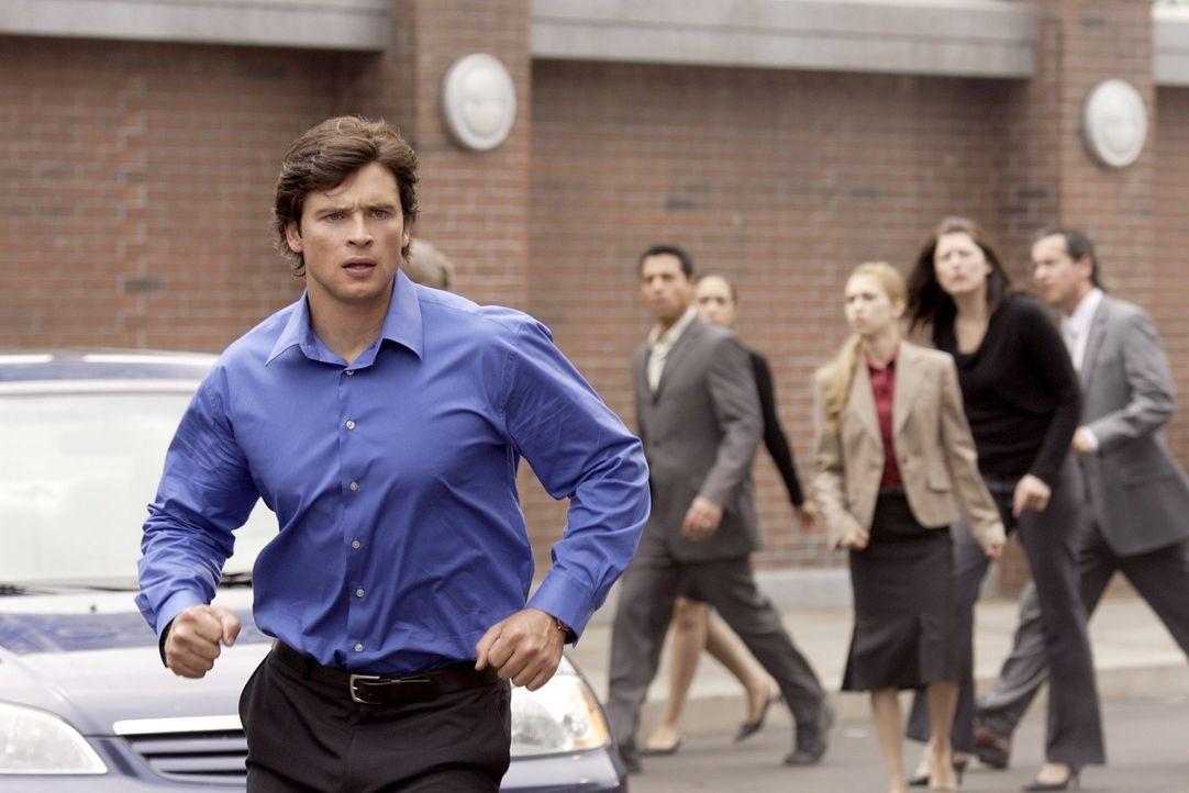 Reporter und Retter: Clark (Tom Welling, l.) muss bei seinem ersten Einsatz für den Daily Planet nicht nur berichten ... - Bildquelle: Warner Bros