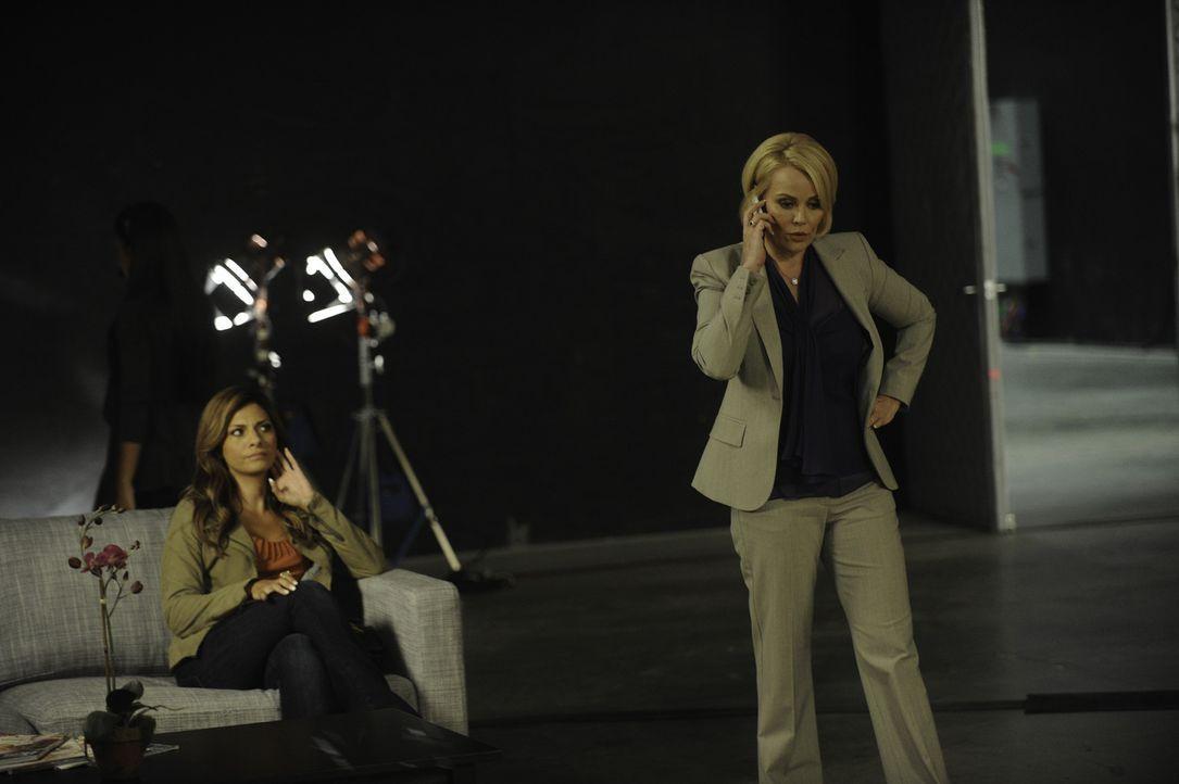 Während Nico ein geheimnisvolles Verhältnis zu Gabrielle, der Frau von Marshall Pittman hat, sucht Anne Marie (Gail O'Grady, r.), Star ihrer eigen... - Bildquelle: 2011 Sony Pictures Television Inc. and Universal Network Television LLC.  All Rights Reserved.