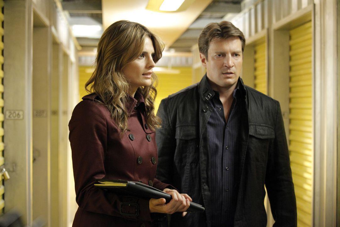 Beckett (Stana Katic, l.) und Castle (Nathan Fillion, r.) ermitteln in einem neuen Fall ... - Bildquelle: 2012 American Broadcasting Companies, Inc. All rights reserved.