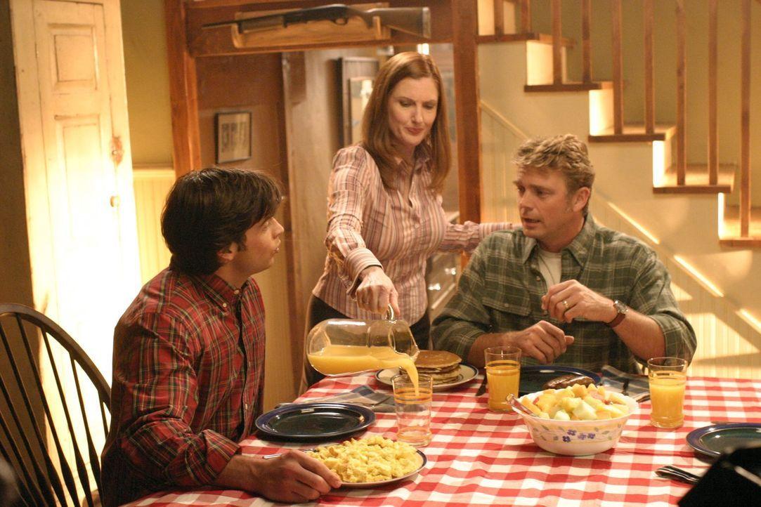 Sind von Clarks (Tom Welling, l.) Beziehung mit Alicia nicht begeistert: Martha (Annette O'Toole, M.) und Jonathan (John Schneider, r.) ... - Bildquelle: Warner Bros.