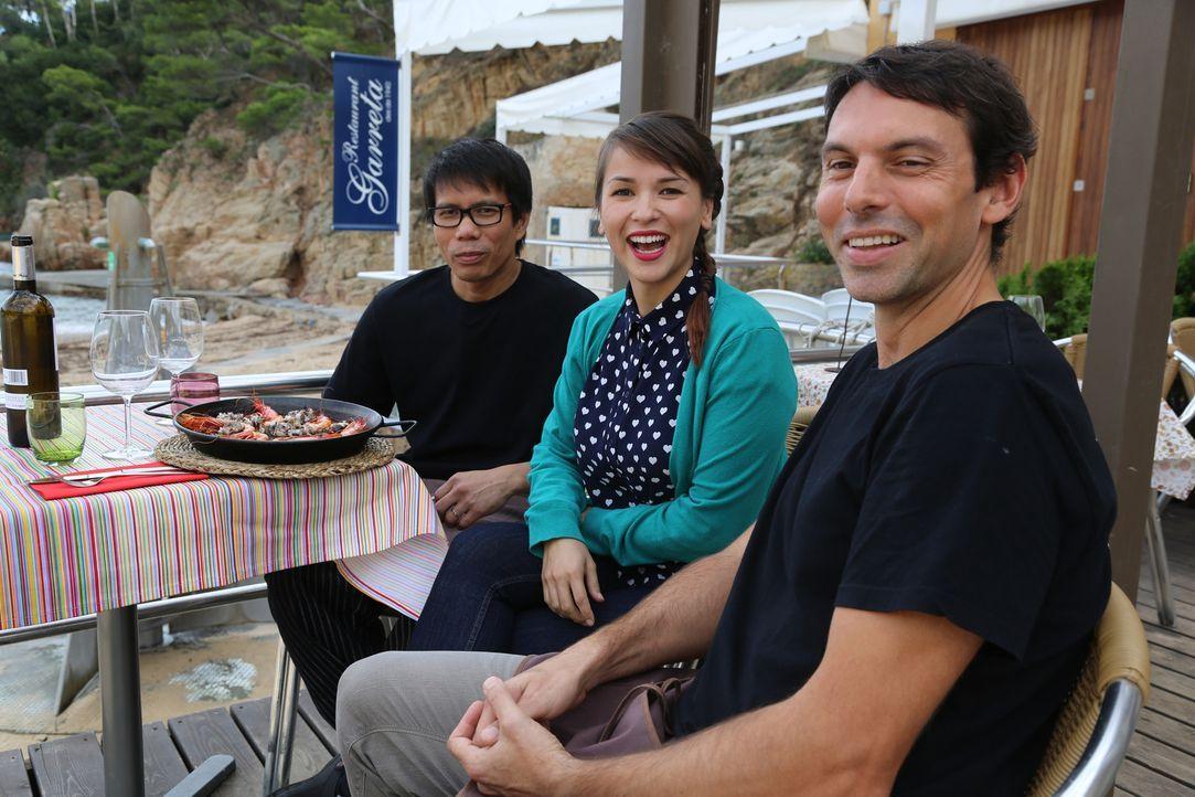 """Zusammen mit Santi (l.) und Ruel (r.) genießt Rachel (M.) das Essen im """"Toc al Mar"""" Restaurant ... - Bildquelle: Richard Hill BBC 2014"""