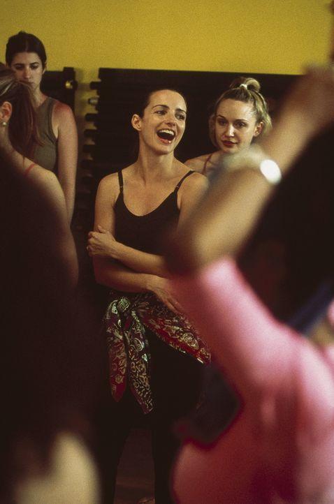 Auch Charlotte (Kristin Davis, M.) befreit sich, in dem sie heiße Rhythmen aufs Parkett legt. - Bildquelle: Paramount Pictures