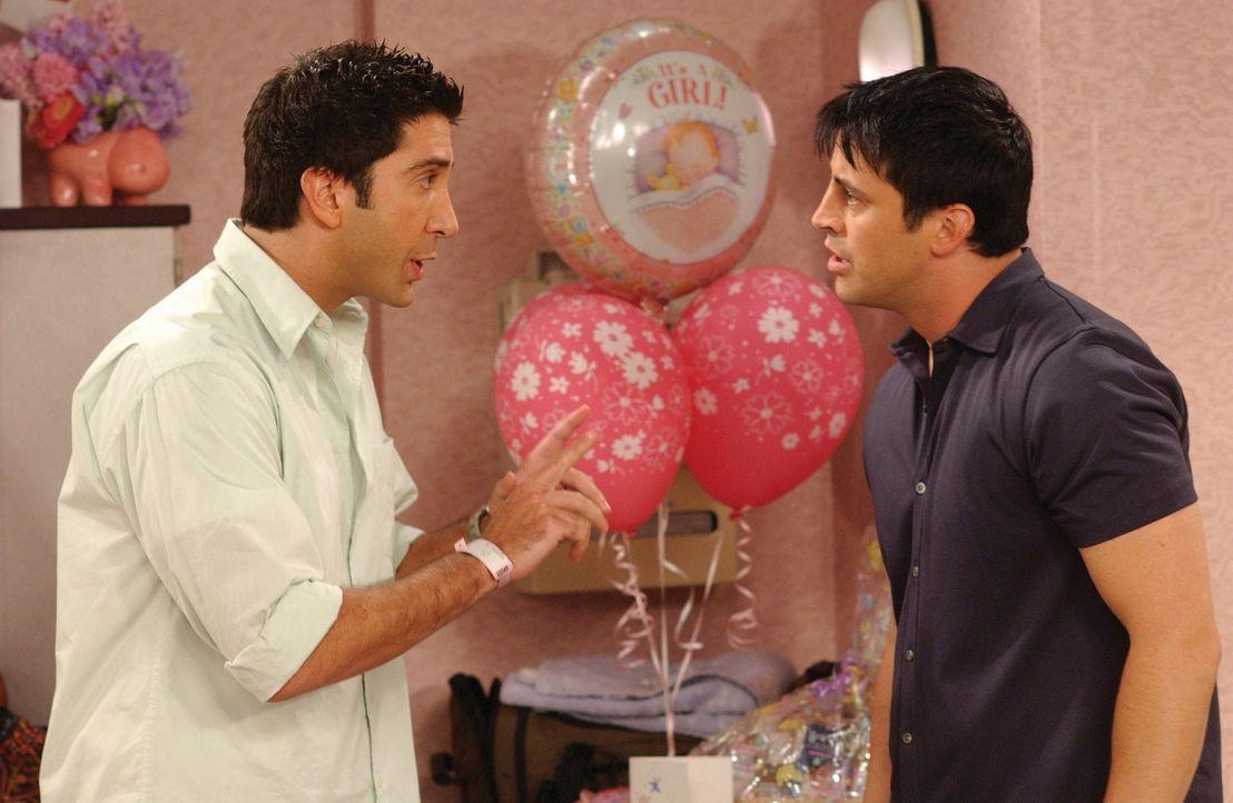 Da Ross (David Schwimmer, l.) überzeugt ist, dass Joey (Matt LeBlanc, r.) Rachel einen Heiratsantrag gemacht hat, stellt er ihn wütend zur Rede. D... - Bildquelle: TM+  WARNER BROS.