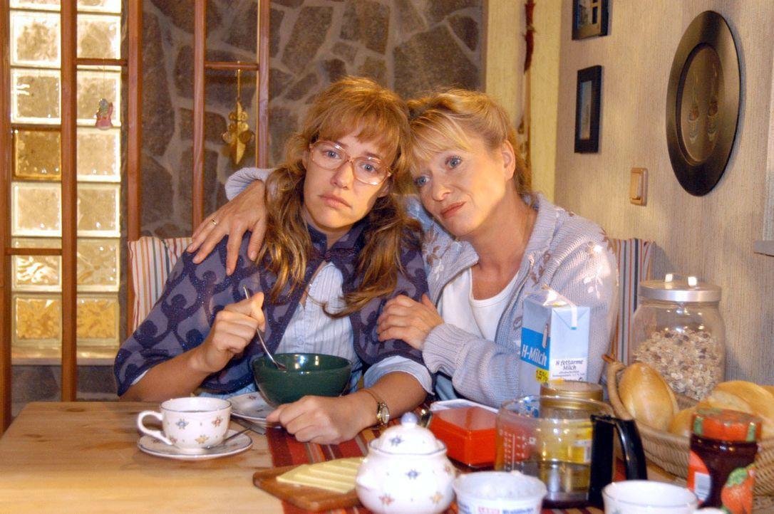 Helga (Ulrike Mai, r.) tröstet Lisa (Alexandra Neldel, l.), die sich wieder einmal keine Hoffnungen mehr macht, dass David und sie ein Paar werden k... - Bildquelle: Noreen Flynn SAT.1 / Noreen Flynn